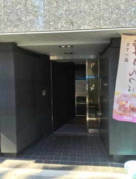 新宿花園MJビルのエントランス