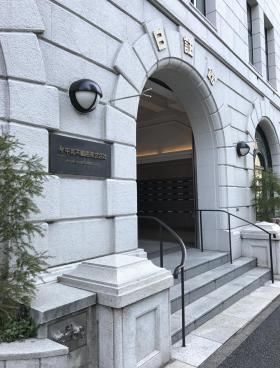 日証館ビルのエントランス