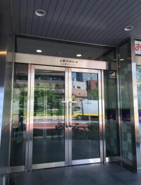上野HYビルのエントランス