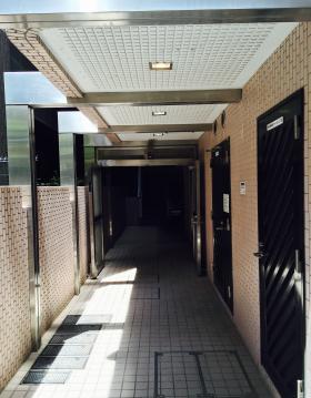 サニープラザ新宿御苑のエントランス