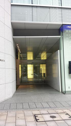 日新青山ビルのエントランス
