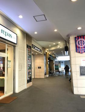 笹塚駅高架下店舗ビルのエントランス