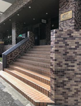 青山アルコーブビルのエントランス