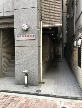 高円寺岡本ビルのエントランス