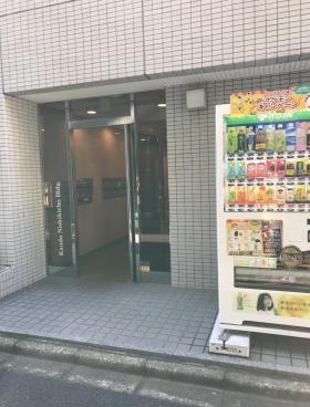 神田錦町ビルのエントランス