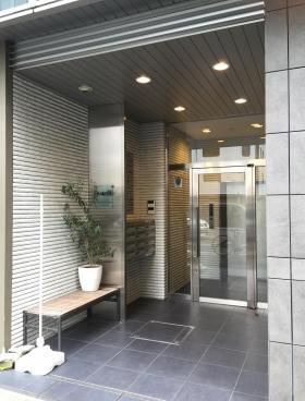 ACN神田錦町ビルのエントランス