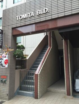 富田ビルのエントランス