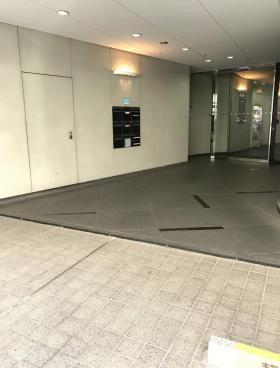 イトーピア橋本ビルのエントランス