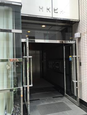 HKビルのエントランス