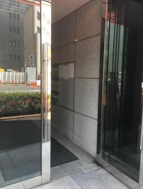 石川興産ビルのエントランス