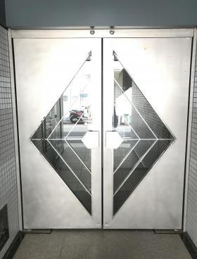 九段鶴屋ビルのエントランス