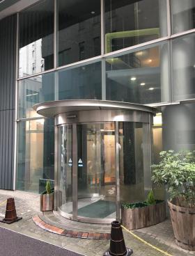 グリーン南平台ビルのエントランス