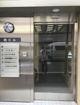 神田錦町乾ビルのエントランス