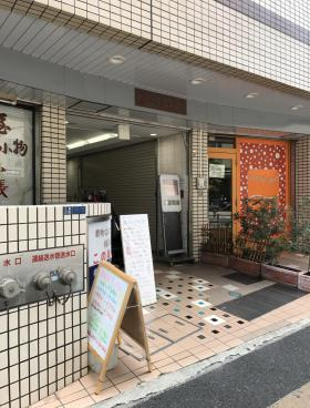 本八幡駅西口ビルのエントランス