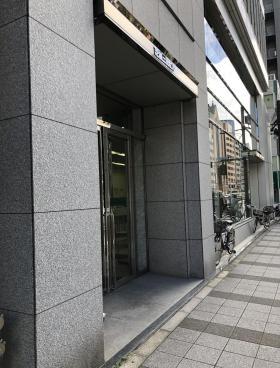芝信三田ビルのエントランス