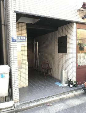 港新川ビルのエントランス