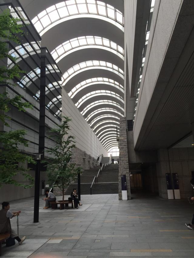 東京オペラシティビルのエントランス