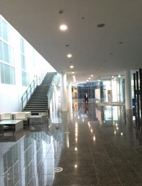 ニューシティー多摩センタービルのエントランス