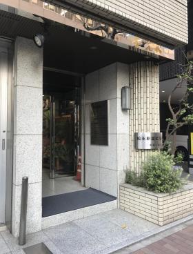 松永新富ビルのエントランス