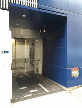 東京石灰工業(株)東石ビルのエントランス