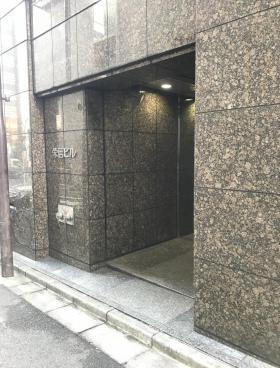 栄信ビルのエントランス