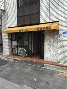 柴崎ビルのエントランス