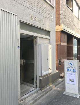 京栄ビルのエントランス