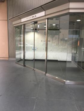 KDX府中ビルのエントランス