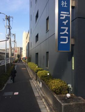 飯田橋尚学ビル本館のエントランス