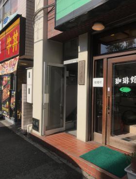 早稲田駅前ビルのエントランス