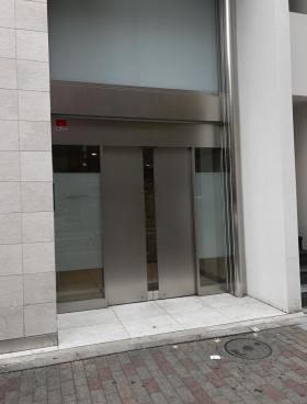 クロスオフィス新宿ビルのエントランス