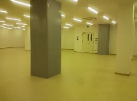 京急平和島高架下事務所ビルのエントランス