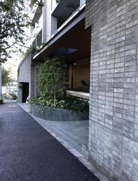 フレンシア外苑西ビルのエントランス