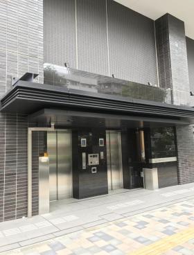 コンフォリア東新宿ステーションフロントのエントランス
