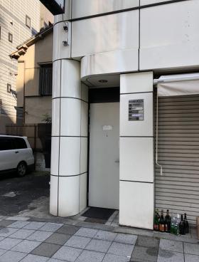 桜田通りKビルのエントランス
