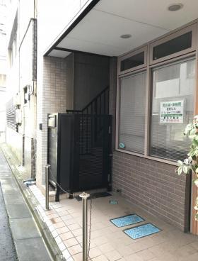 松村ビルのエントランス