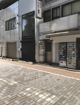 神田駅前高架下ビルのエントランス
