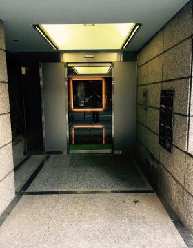 ミュージアム1999二番町ビルのエントランス