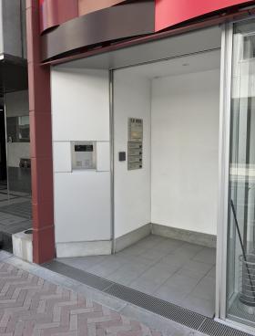 丸栄・慶雲館ビルのエントランス