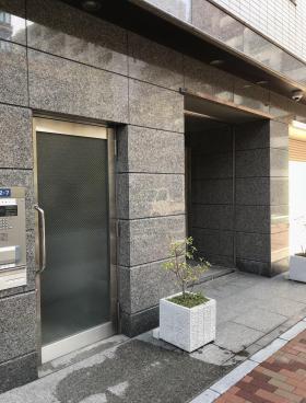 湊日本ビルのエントランス