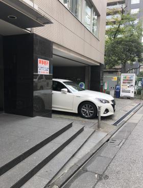 東日本硝子会館ビルのエントランス