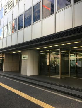 Daiwa御成門ビルのエントランス